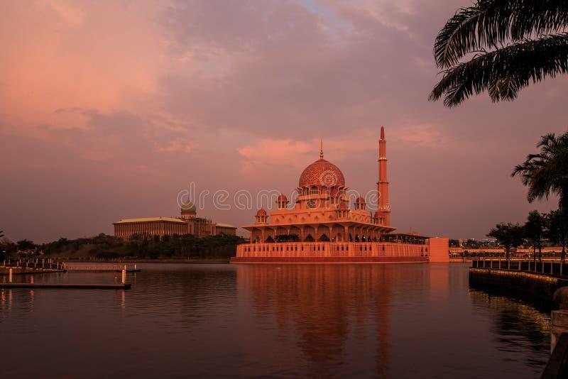 Putra清真寺和Putra在日落的Perdana 免版税库存图片