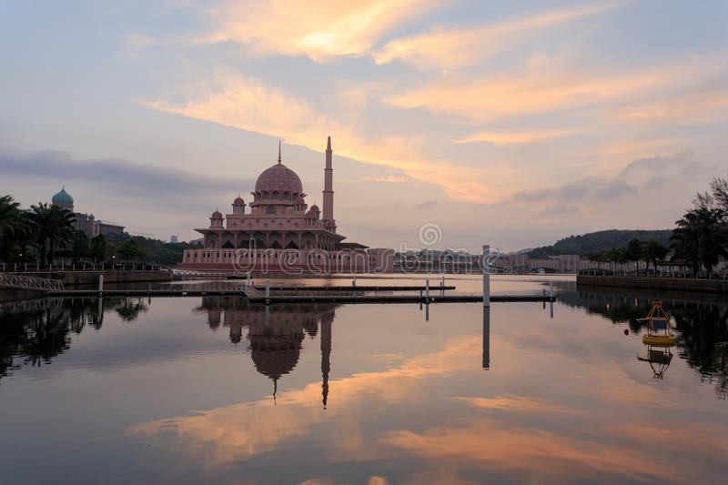 Putra meczet od nadjeziornego widoku zdjęcie royalty free