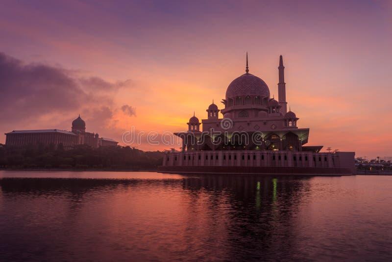 Putra meczet od nadjeziornego widoku obrazy stock