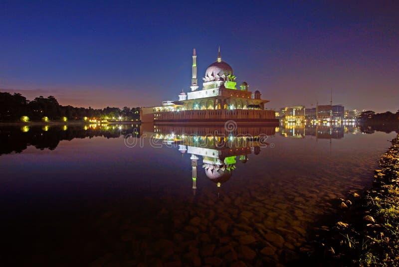 Putra-Moschee, Putrajaya, Malaysia während des Sonnenaufgangs mit Reflexionen und blauen Stunden lizenzfreie stockbilder