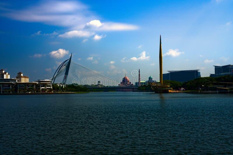 Putrajaya湖斯里Wawasan千年纪念碑马哈尤丁清真寺 免版税库存照片