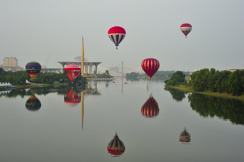 Globos que vuelan durante la 5ta fiesta internacional 2013 del globo del aire caliente de Putrajaya fotos de archivo