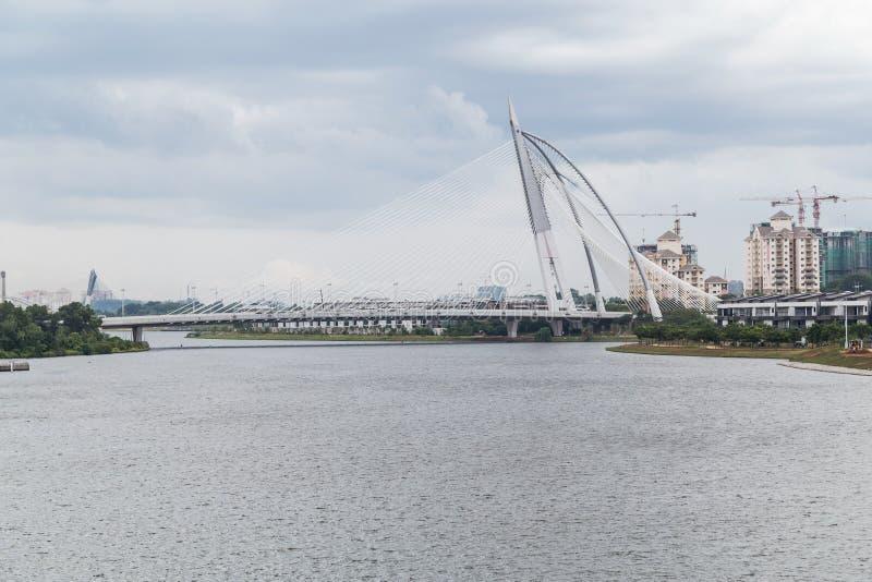 Putrajaya, Malaysia - circa im September 2015: Seri Wawasan Bridge in Putrajaya zur Tageszeit stockfoto