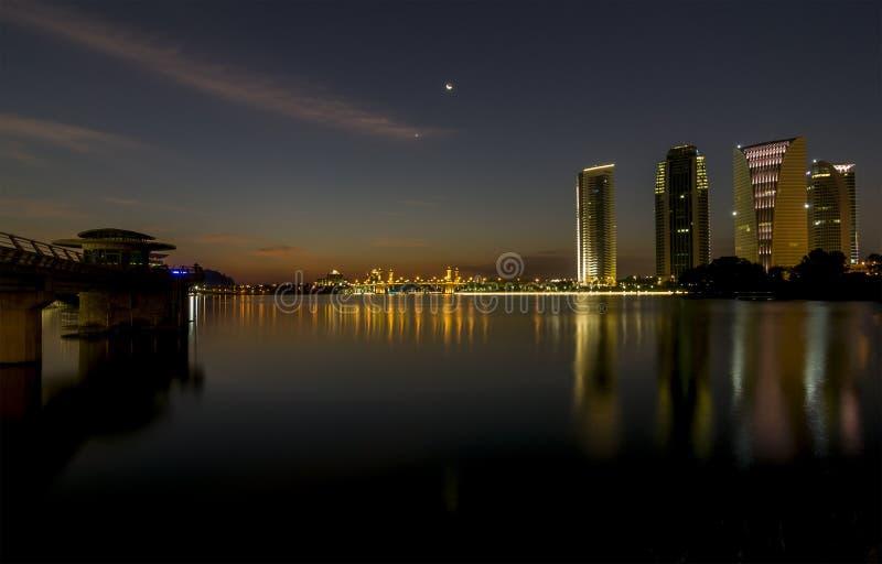 Putrajaya, Malaysia am 21. Februar 2015: Regierungsgebäudeansichten vom feuchten Park in Putrajaya während der Nacht stockbild