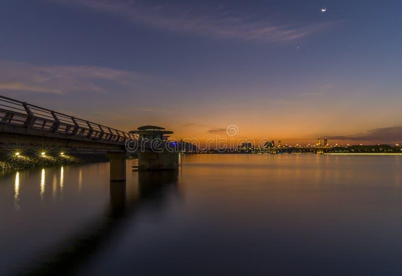 Putrajaya, Malaysia am 21. Februar 2015: Regierungsgebäudeansichten vom feuchten Park in Putrajaya während der Nacht stockfotografie