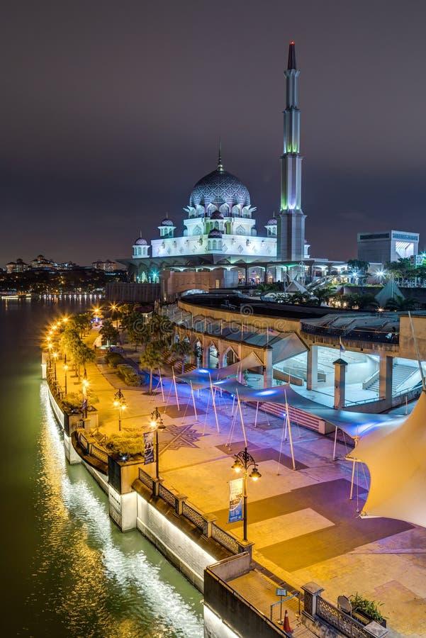 Putrajaya, Maleisië - circa September 2015: Putramoskee en Promenade in Putrajaya bij avond stock foto