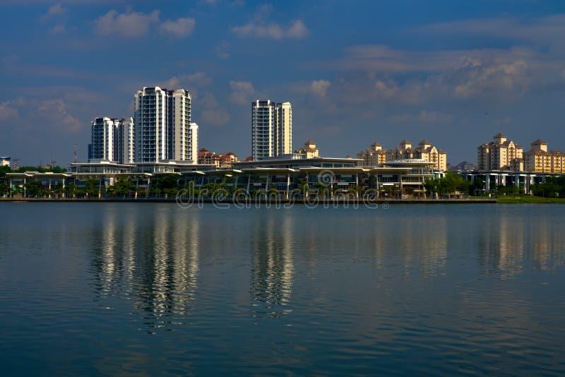Putrajaya sjö med bostadsområde och skyskrapor royaltyfri fotografi