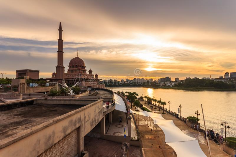 Putramoskee, Maleisië tijdens zonsondergang royalty-vrije stock afbeelding