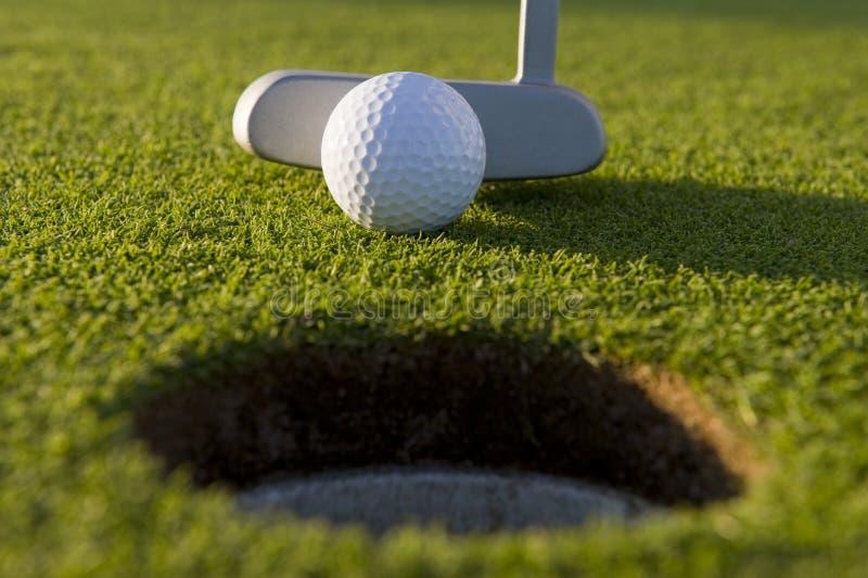 Putt corto del golf foto de archivo libre de regalías