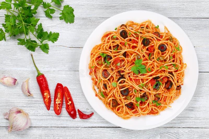 Puttanesca com alcaparras, vista superior do alla dos espaguetes fotos de stock royalty free