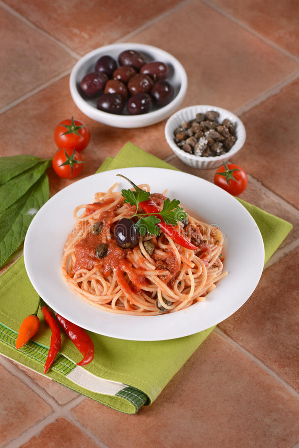 Puttanesca do alla dos espaguetes foto de stock royalty free