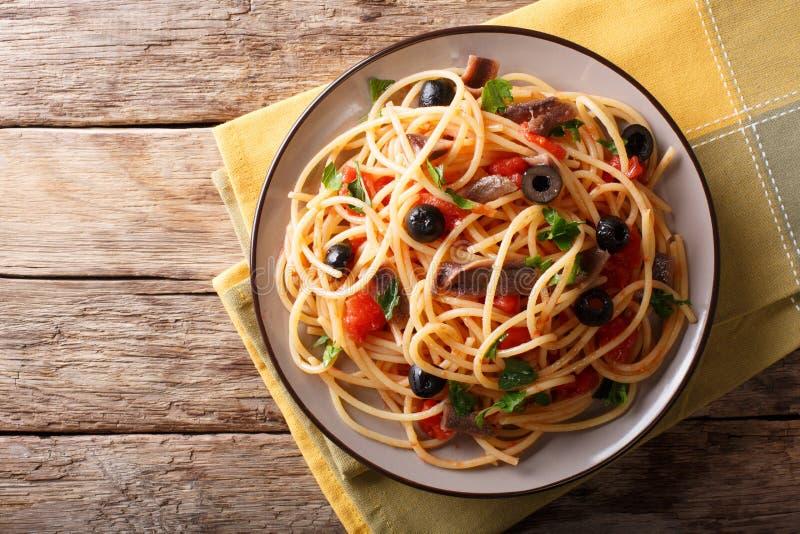 Puttanesca tradicional do alla da massa com anchovas, tomates, garl imagem de stock royalty free