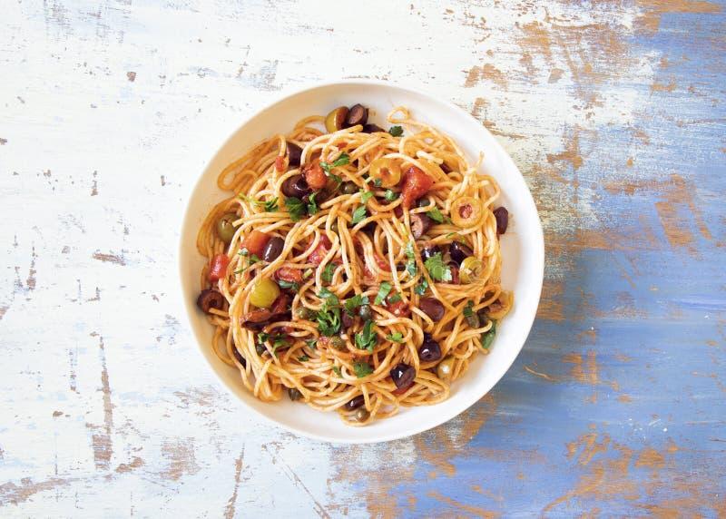Puttanesca tradicional do alla dos espaguetes da massa de Itallian fotos de stock