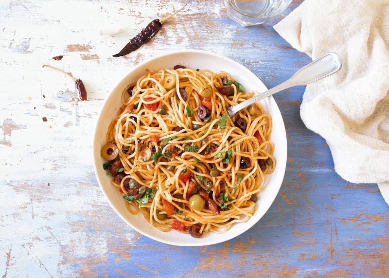Puttanesca tradizionale di alla degli spaghetti della pasta di Itallian fotografia stock libera da diritti