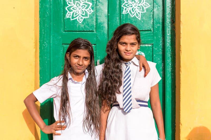 PUTTAPARTHI,安得拉邦,印度- 2017年7月9日:两位印地安女小学生 复制文本的空间 库存照片