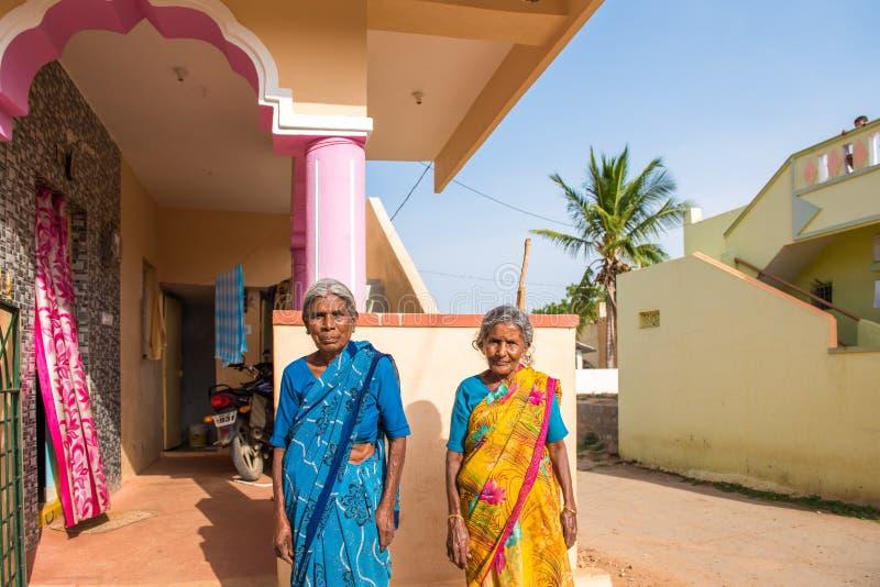 PUTTAPARTHI,安得拉邦,印度- 2017年7月9日:两名年长印地安妇女画象  复制文本的空间 免版税库存图片