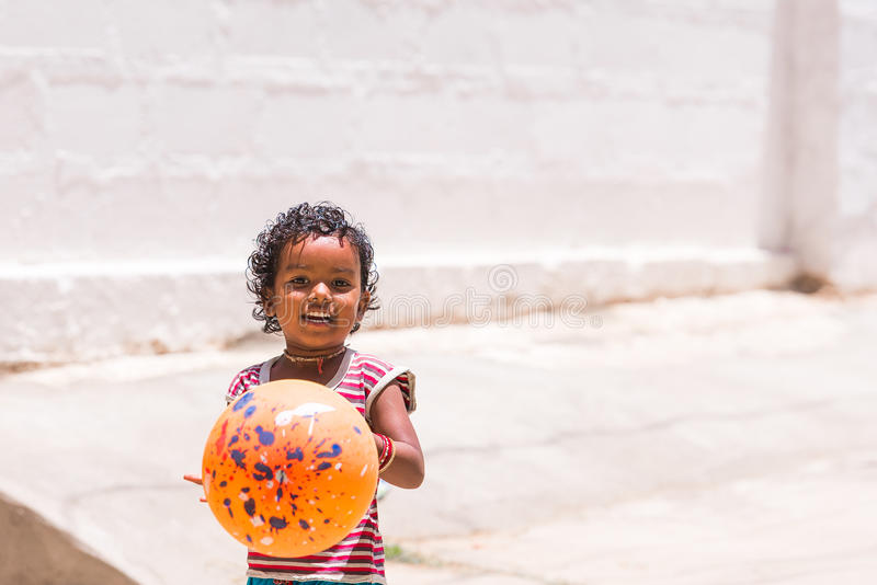 PUTTAPARTHI,安得拉邦,印度- 2017年7月9日:使用在街道上的愉快的印地安女孩 复制文本的空间 免版税库存照片