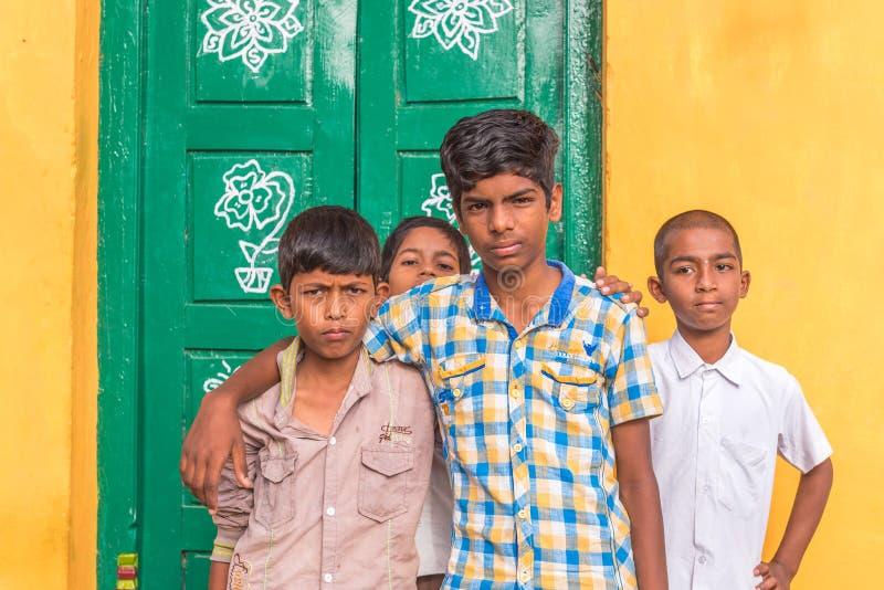 PUTTAPARTHI,安得拉邦,印度- 2017年7月9日:四个快乐的印地安男孩画象  复制文本的空间 库存图片