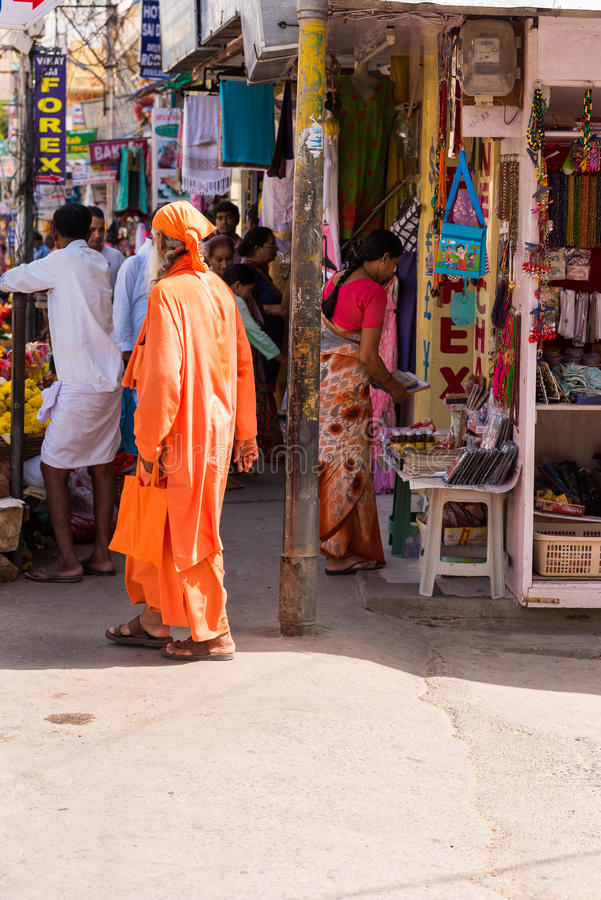 PUTTAPARTHI,安得拉邦,印度- 2017年7月9日:地方印地安市场 复制文本的空间 垂直 库存照片