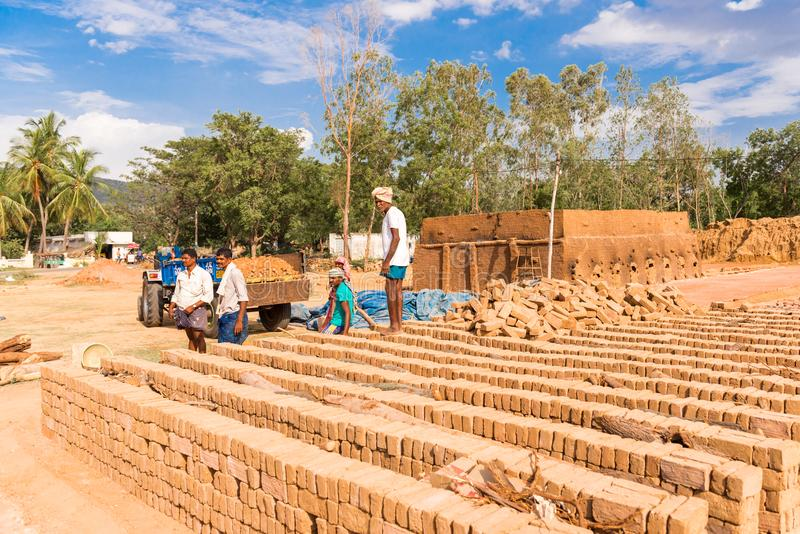 PUTTAPARTHI, ANDHRA PRADESH, ÍNDIA - 9 DE JULHO DE 2017: Produção de tijolos indianos O tijolo seca Copie o espaço para o texto imagem de stock royalty free