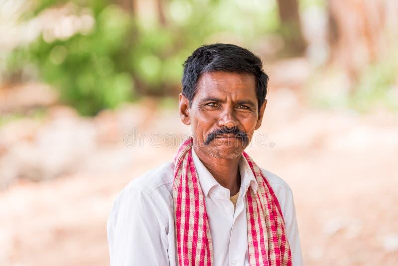 PUTTAPARTHI, ANDHRA PRADESH, ÍNDIA - 9 DE JULHO DE 2017: Retrato do homem indiano Close-up imagens de stock