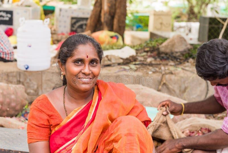 PUTTAPARTHI, ANDHRA PRADESH - ÍNDIA - 22 DE JULHO DE 2017: Retrato de uma mulher indiana fora Copie o espaço para o texto foto de stock
