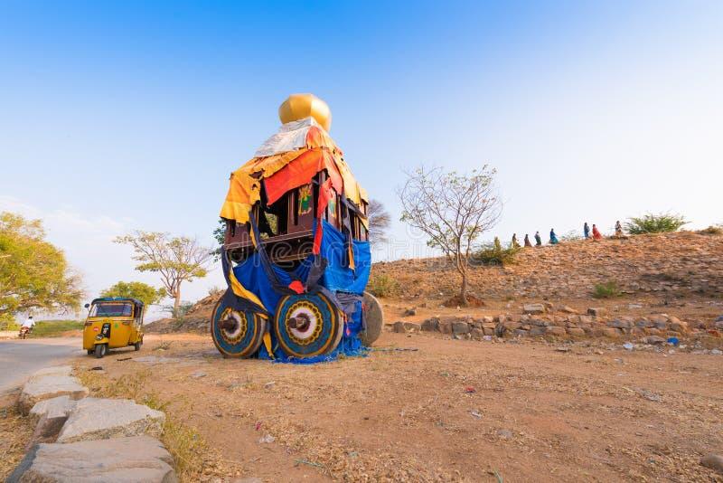 PUTTAPARTHI, ANDHRA PRADESH - ÍNDIA - 9 DE NOVEMBRO DE 2016: Biga indiana por feriados hindu Copie o espaço para o texto fotos de stock
