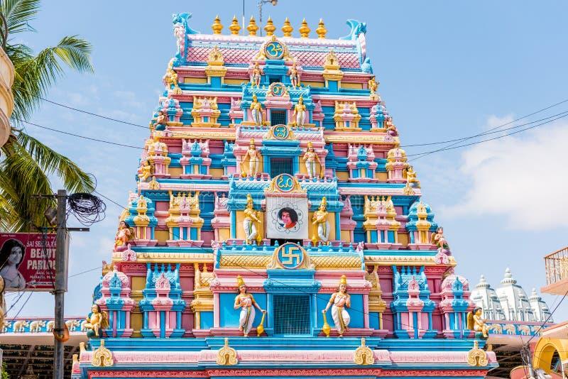PUTTAPARTHI, ANDHRA PRADESH, INDE - 9 JUILLET 2017 : Gopuram - entrée d'avant-voûte à un temple dans le style de Dravidian photographie stock libre de droits
