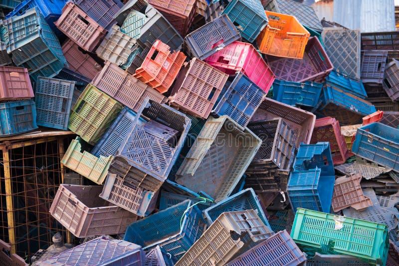 PUTTAPARTHI, ANDHRA PRADESH - INDE - 9 NOVEMBRE 2016 : Beaucoup de boîtes en plastique colorées pour rassembler des fruits et lég images libres de droits