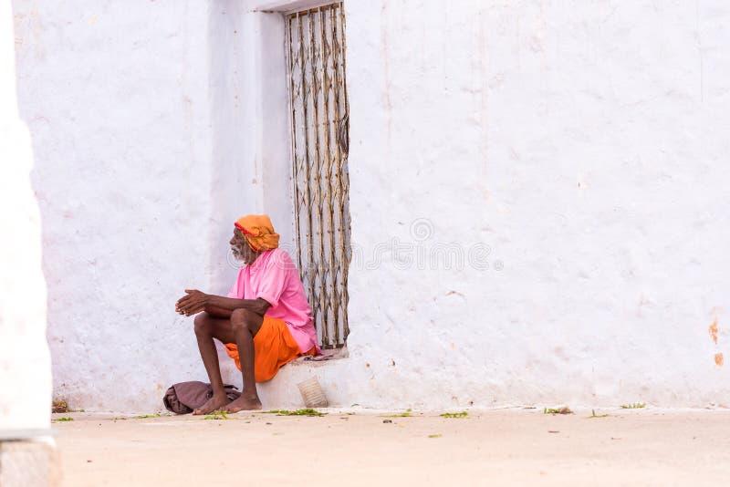 PUTTAPARTHI ANDHRA PRADESH, INDIEN - JULI 9, 2017: En äldre man i en lantlig gata Kopiera utrymme för text arkivbild