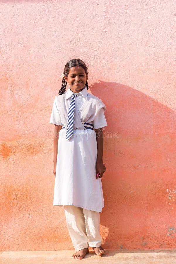 PUTTAPARTHI, ANDHRA PRADESH, INDIEN - 9. JULI 2017: Indisches Mädchen in der Schuluniform Kopieren Sie Raum für Text vertikal lizenzfreie stockbilder