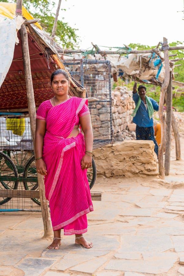 PUTTAPARTHI ANDHRA PRADESH, INDIEN - JULI 9, 2017: Indisk kvinna i sari Kopiera utrymme för text vertikalt arkivbild