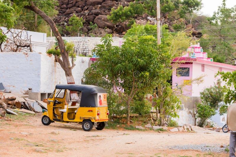 PUTTAPARTHI ANDHRA PRADESH, INDIEN - JULI 9, 2017: Lokal taxi på en lantlig gata Kopiera utrymme för text arkivfoto