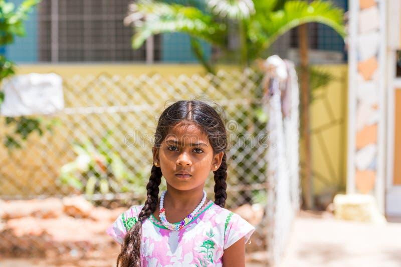 PUTTAPARTHI, ANDHRA PRADESH, INDIEN - 9. JULI 2017: Porträt des indischen netten Mädchens auf der Straße Nahaufnahme Kopieren Sie stockfotografie