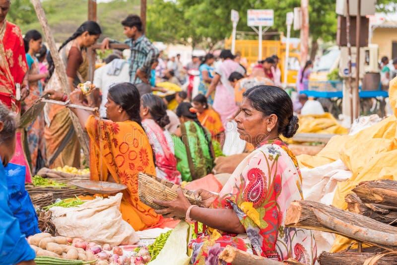 PUTTAPARTHI ANDHRA PRADESH - INDIEN - JULI 22, 2017: Sikt av den indiska gatamarknaden Kopiera utrymme för text royaltyfri fotografi