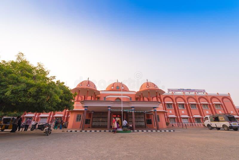 PUTTAPARTHI, ANDHRA PRADESH - LA INDIA - 9 DE NOVIEMBRE DE 2016: Ferrocarril Copie el espacio para el texto imagenes de archivo