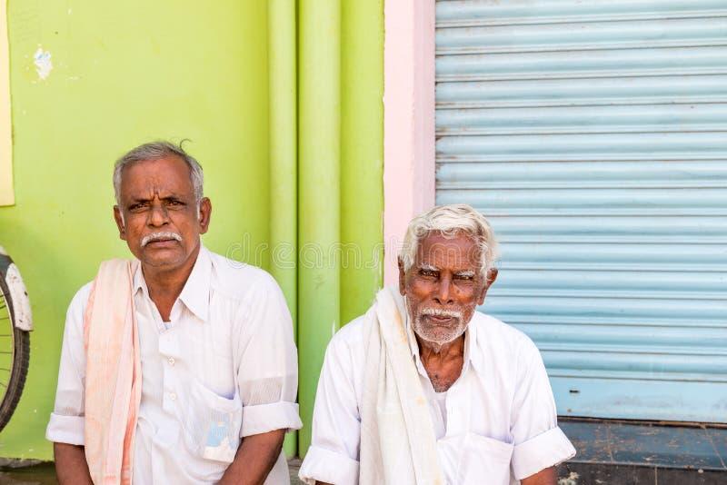 PUTTAPARTHI, ANDRA PRADESH, INDIA - JULI 9, 2017: Portret van twee bejaarden Exemplaarruimte voor tekst royalty-vrije stock afbeeldingen