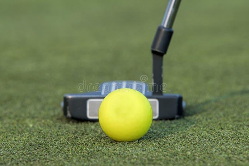 Putter και μια σφαίρα γκολφ στοκ εικόνες