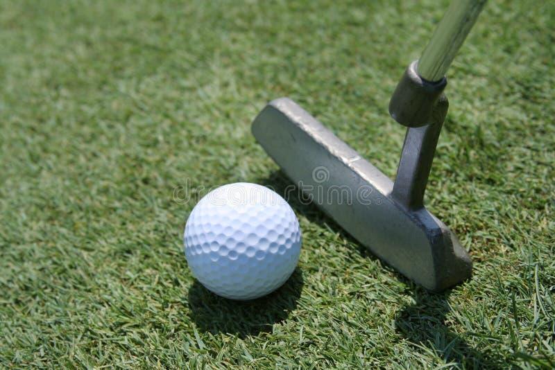 Putter, sfera e verde di golf fotografia stock libera da diritti