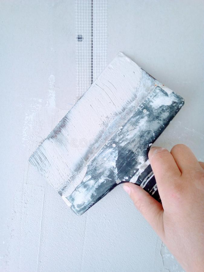 putty ασβεστοκονιάματος γυψοσανίδας διακοσμήσεων τοίχων εγχώριας ανακαίνισης εργασίας επικονίασης εικόνα ως οπτικό οδηγό στοκ φωτογραφίες με δικαίωμα ελεύθερης χρήσης