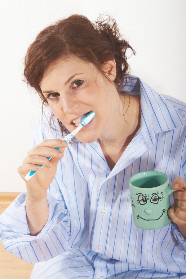 Putzen meiner Zähne lizenzfreie stockfotografie