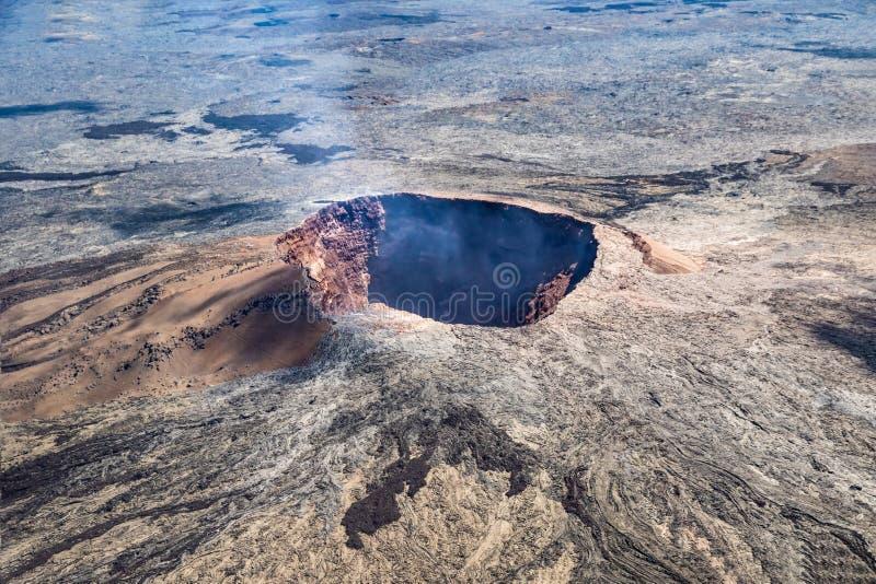 Puu Oo火山的锥体鸟瞰图在夏威夷的 逃脱从火山口的火山的气体 库存图片