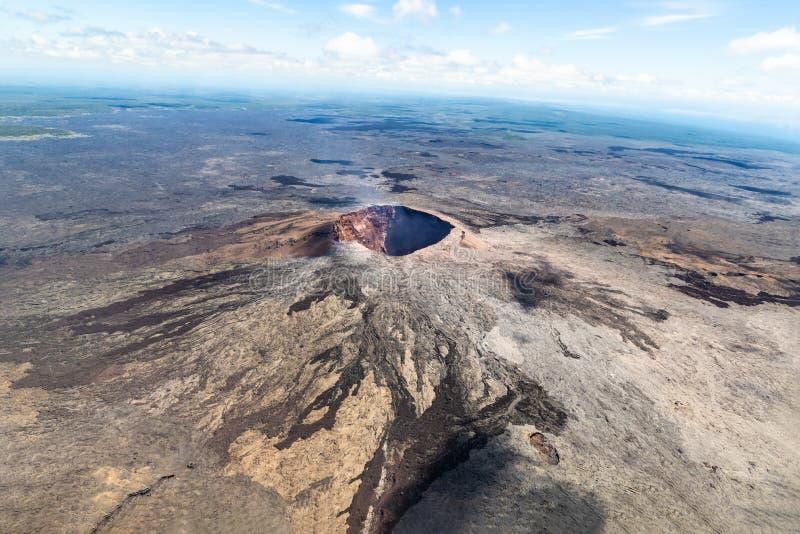 Puu Oo火山的锥体鸟瞰图在夏威夷的 逃脱从火山口的火山的气体 图库摄影