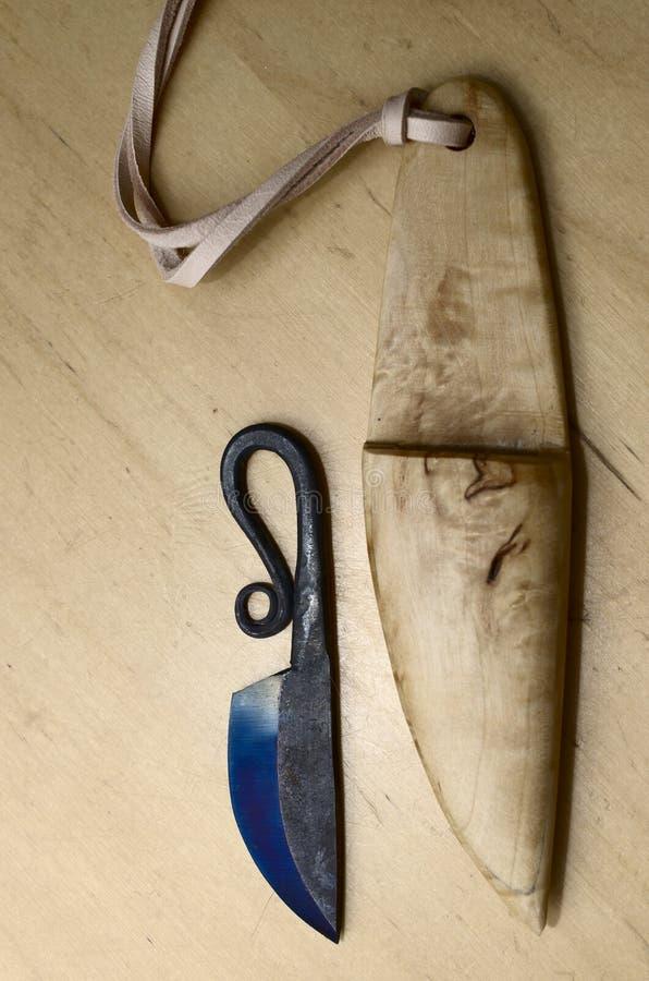 Puukko finlandese tradizionale del coltello e guaina di legno fotografia stock