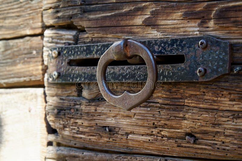 Puxador da porta antigo na porta de entrada de madeira velha foto de stock royalty free