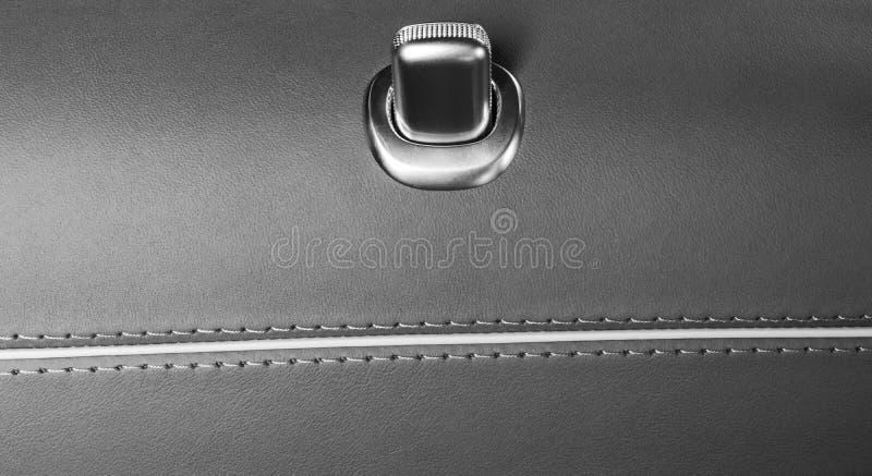 Puxador da porta com os botões do controle do fechamento de um automóvel de passageiros luxuoso Interior de couro de Brown do car imagens de stock royalty free