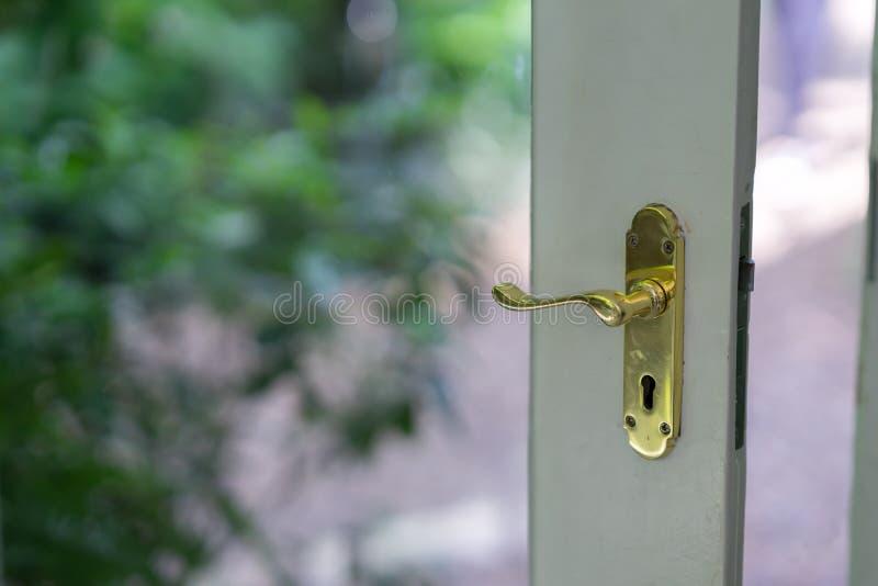 Puxador da porta de bronze antigo lockable em uma porta de vidro imagem de stock