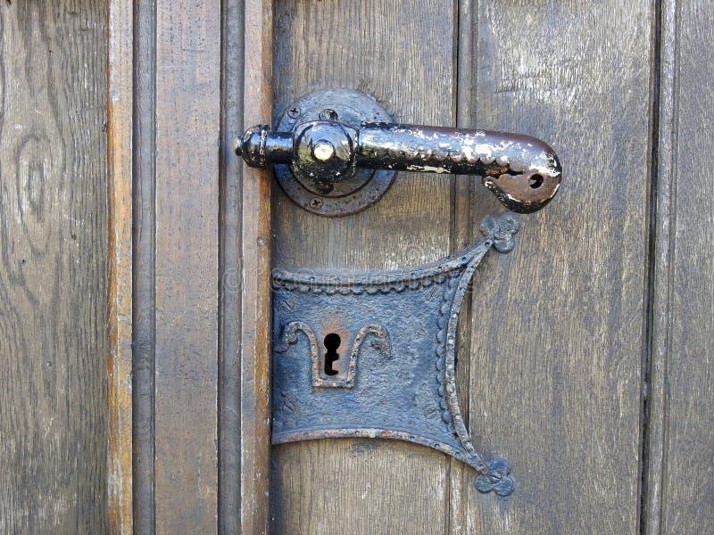 Puxador da porta de madeira da igreja evangélica, Lituânia imagens de stock royalty free