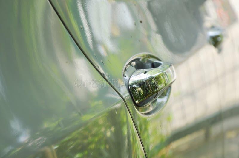 Puxador da porta de prata da parte traseira do carro no estacionamento foto de stock royalty free
