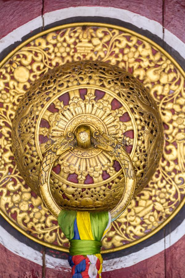 Puxador da porta dourado bonito no monastério de Rumtek em Gangtok, india foto de stock royalty free